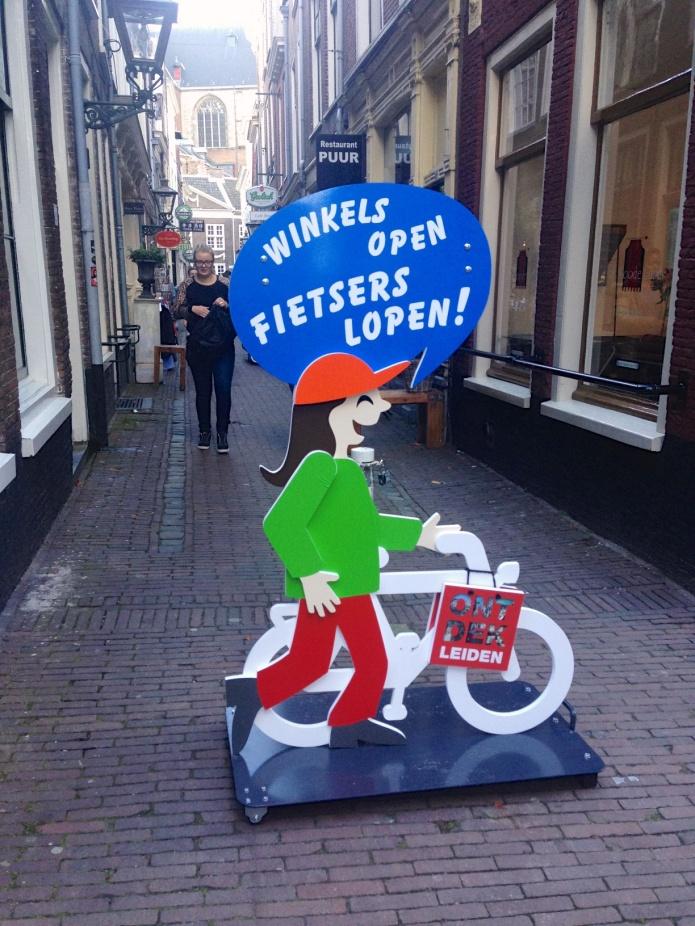 Fietsers lopen — Te Voet in de Stad  — Foto Hendrik Elie Vanden Abeele