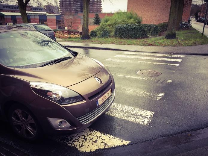 Zebrapad of niet. Te Voet in de Stad. Foto Hendrik Elie Vanden Abeele