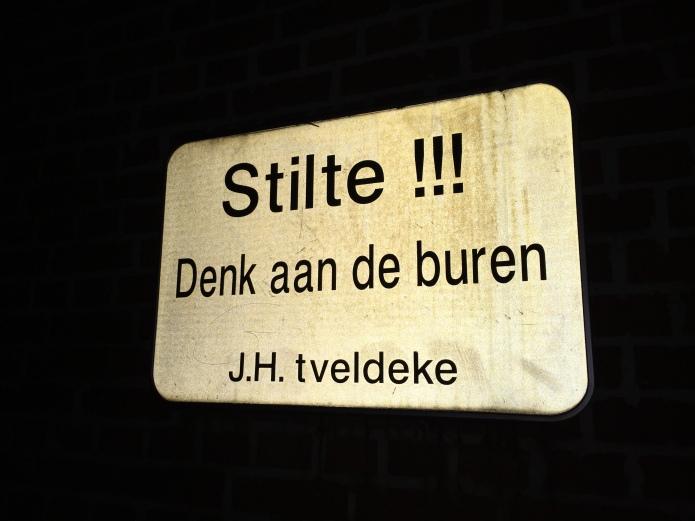 Stilte. Denk aan de buren. Te Voet in de Stad. Foto Hendrik Elie Vanden Abeele