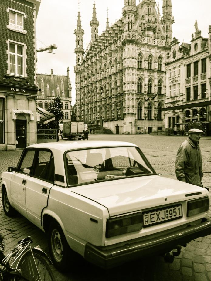 Oude doos met Lada en klakkenman. Foto Hendrik Vanden Abeele voor Te Voet in de Stad.