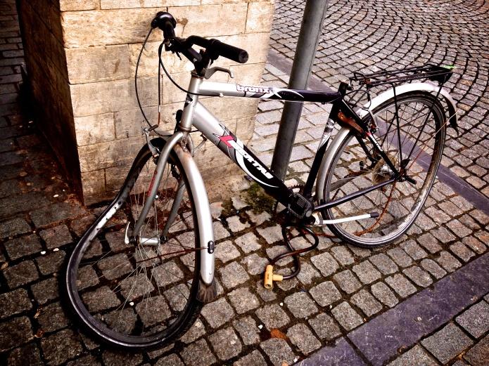Fietseling. Kapotte fiets. Te Voet in de Stad. Hendrik Elie Vanden Abeele