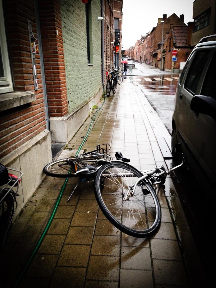 De gevallen fiets. Te Voet in de Stad Foto Hendrik Elie Vanden Abeele