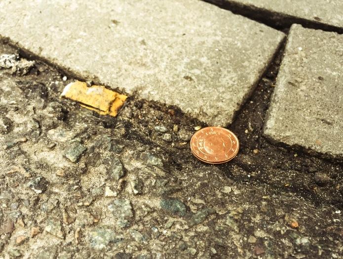 Geld op straat. Te Voet in de Stad. Foto Hendrik Elie Vanden Abeele