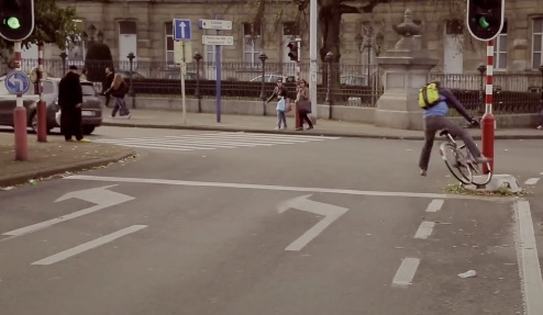 Fiets in de stad. Te Voet in de Stad. Still uit video Brussels Bike Jungle