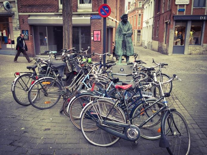 Erasmus. Leuven. Te Voet in de Stad. Foto Hendrik Elie Vanden Abeele