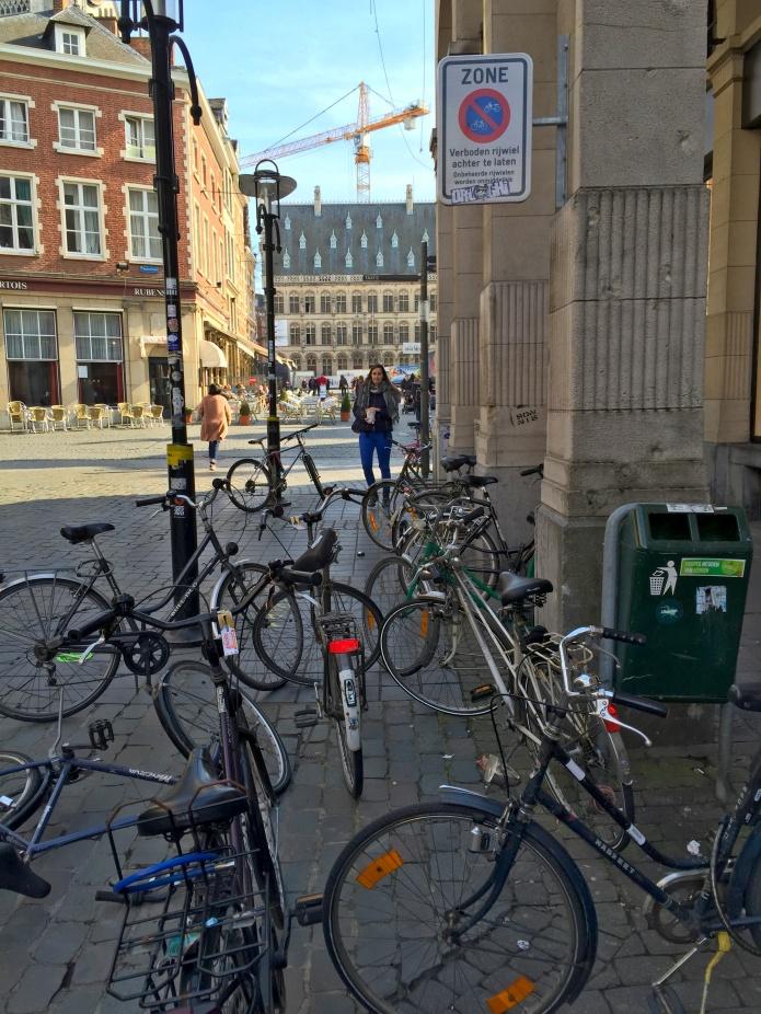 Fietsen Grote Markt. Te Voet in de Stad. Foto Hendrik Elie Vanden Abeele