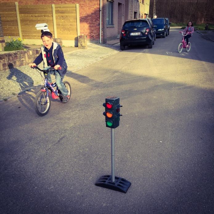Kinderen op straat. Foto Hendrik Elie Vanden Abeele. Te Voet in de Stad.