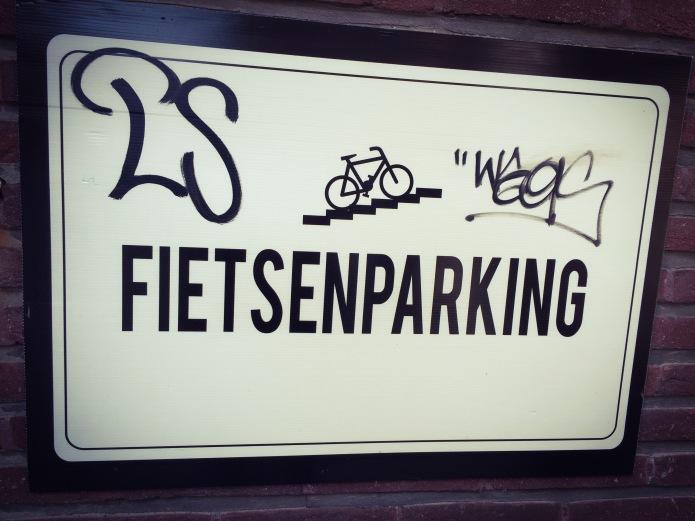 Fietsenparking. Te Voet in de Stad. Foto Hendrik Elie Vanden Abeele en David Bowie