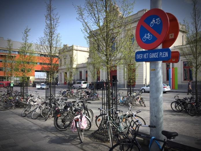Over het ganse plein. Te Voet in de Stad. Of met de fiets. Foto Hendrik Elie Vanden Abeele en Annie Clarke