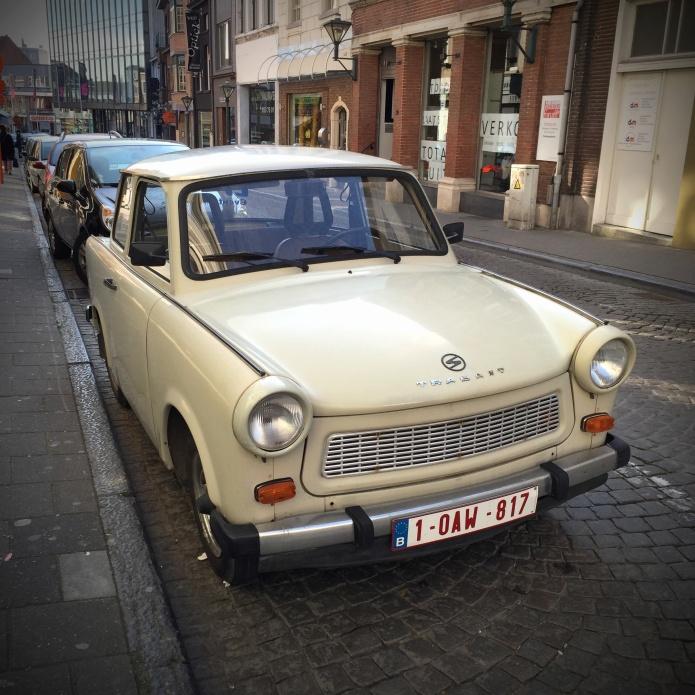 Trabant. Te Voet in de Stad. Foto Hendrik Elie Vanden Abeele