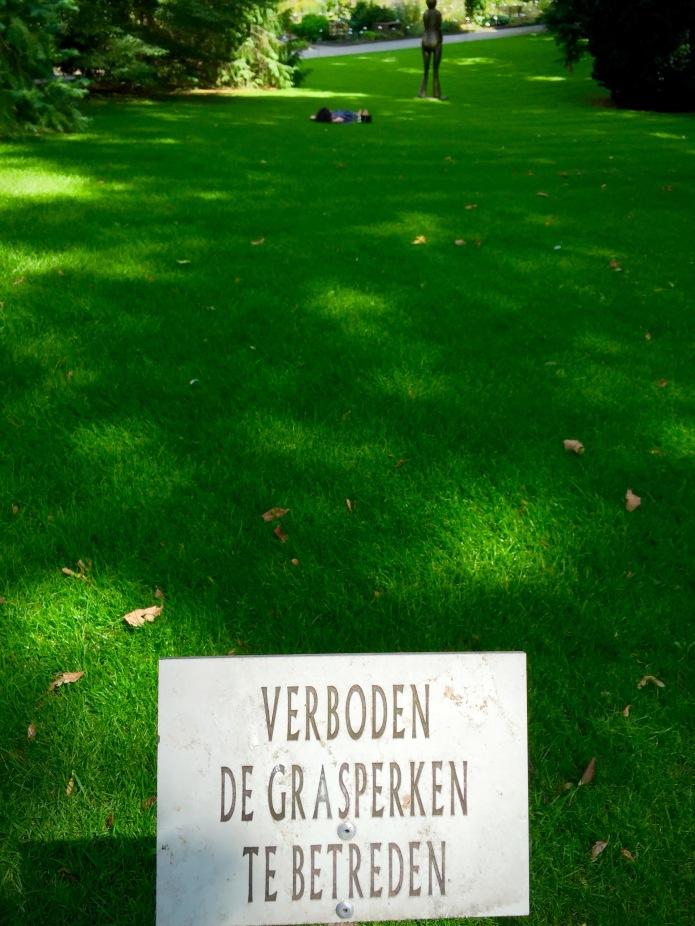 Verboden de grasperken te betreden. Foto Hendrik Elie Vanden Abeele