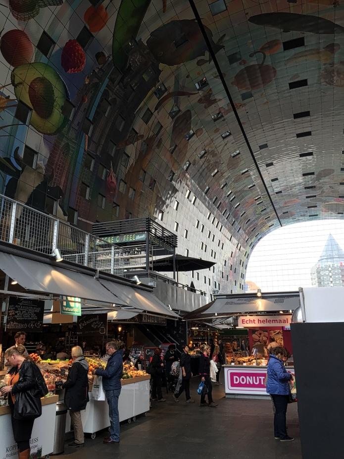Echt helemaal Donut. Rotterdam, Markthal, 6 oktober 2015, Foto Hendrik Elie Vanden Abeele. Te Voet in de Stad