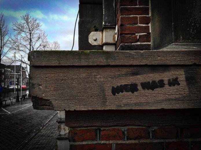 Teken aan de wand #54 Hier was ik. Leiden, Oude Singel, 8 februari 2015. Te Voet in de Stad. Hendrik Vanden Abeele