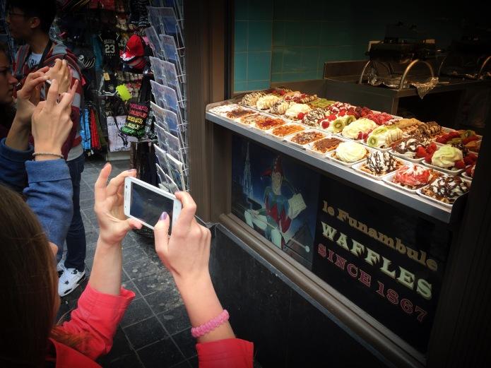 Hou je wafel. Brussel, Zuidstraat, 23 juni 2015, Foto Hendrik Elie Vanden Abeele. Te Voet in de Stad