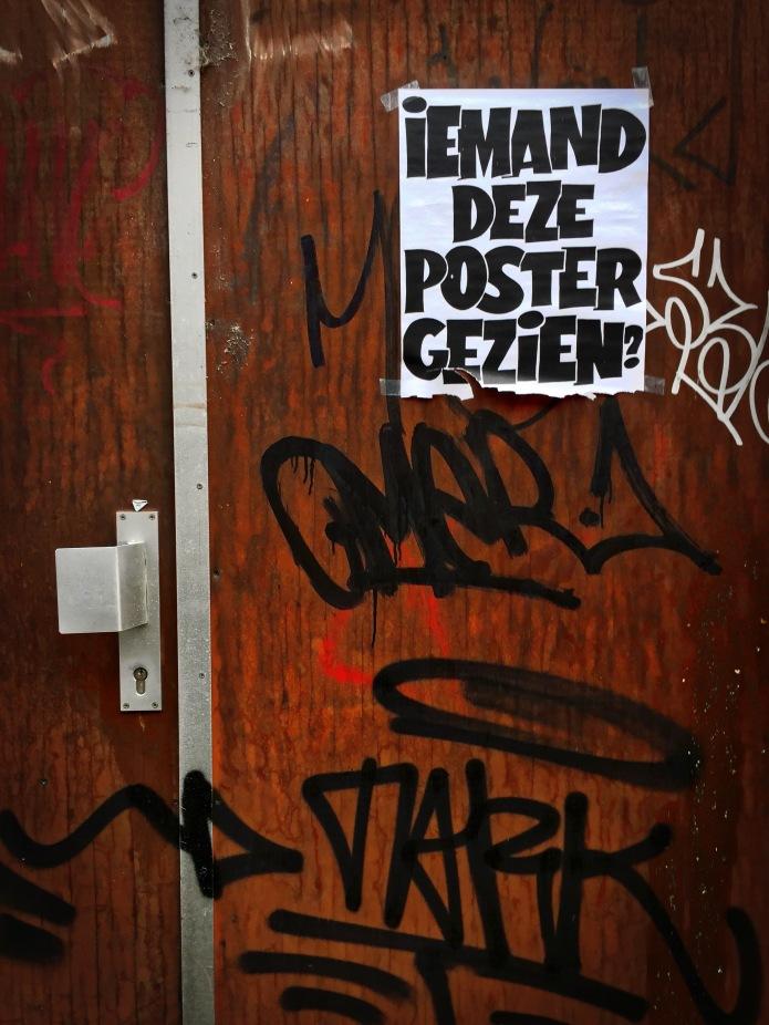 Teken aan de wand #58 Gezien? Leuven, Augustijnenstraat, 20 december 2015, Foto Hendrik Elie Vanden Abeele. Te Voet in de Stad