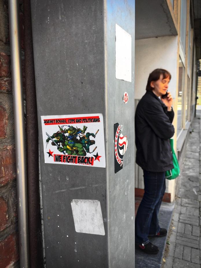 Plakkatief #23 We fight back. Leuven, Minderbroedersstraat, 21 augustus 2015, Foto Hendrik Elie Vanden Abeele. Te Voet in de Stad