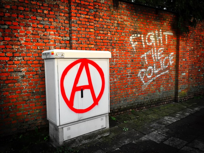 Teken aan de wand #67 Fight the Police. Turnhout, Begijnhof, 23 september 2015, Foto Hendrik Elie Vanden Abeele. Te Voet in de Stad