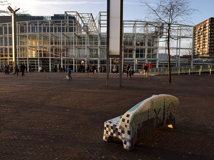 bank-vooruit-leiden-stationsplein-8-februari-2015-te-voet-in-de-stad-hendrik-vanden-abeele