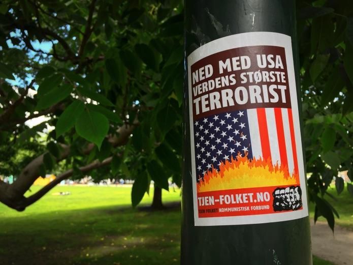 plakkatief-25-terrorist-oslo-sofienbergparken-24-juli-2015-foto-hendrik-elie-vanden-abeele-te-voet-in-de-stad