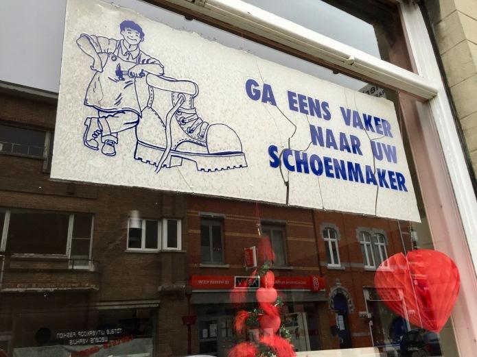 Ga eens vaker naar uw schoenmaker. Landen, Stationsstraat. 31 januari 2016. Foto Hendrik Elie Vanden Abeele. Te Voet in de Stad